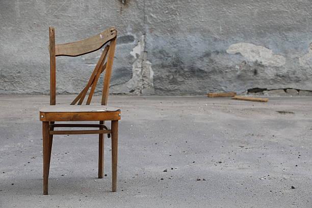 Las sillas rotas